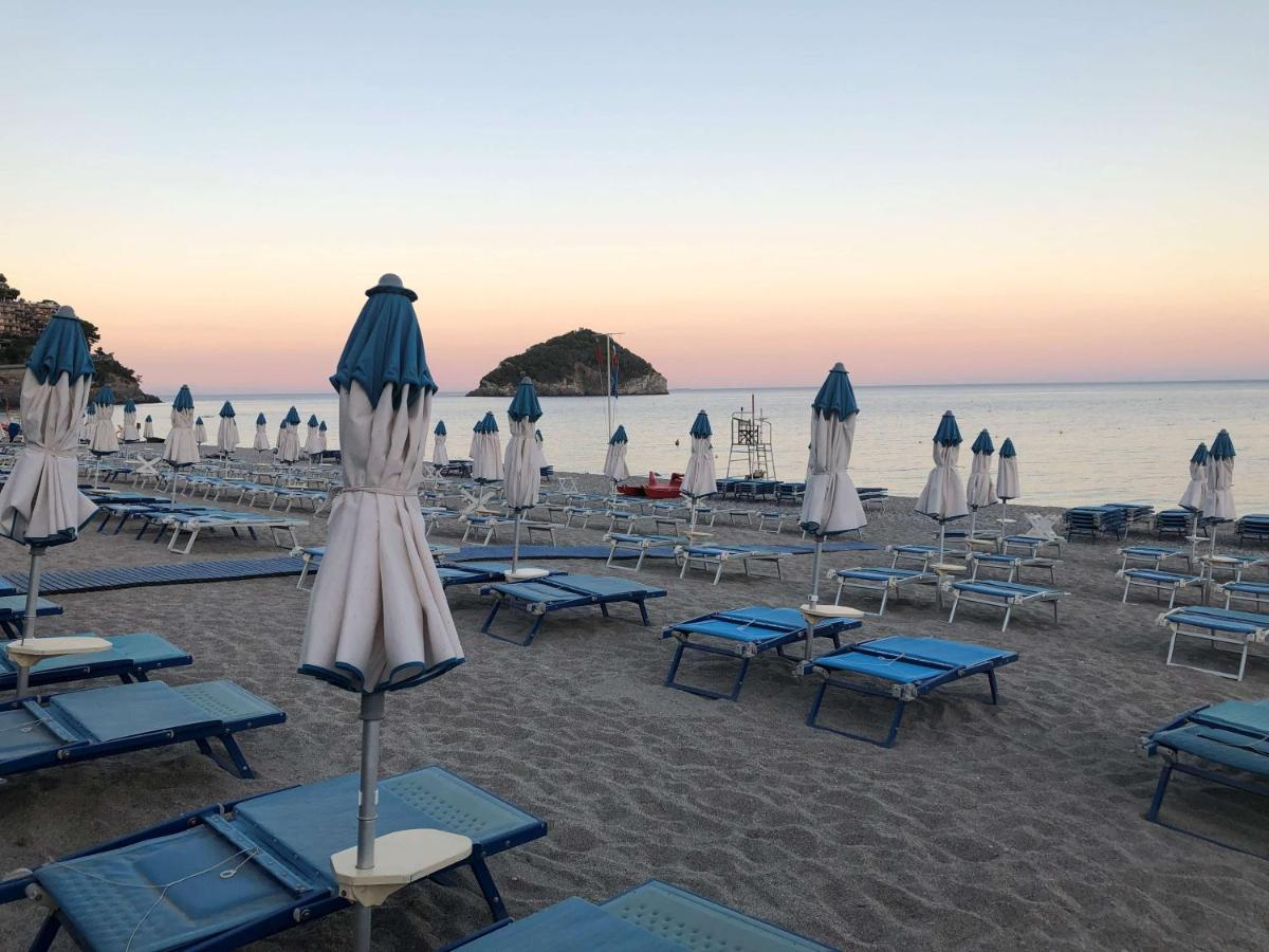 strand Spotorno, bloemenrivièra, Italië